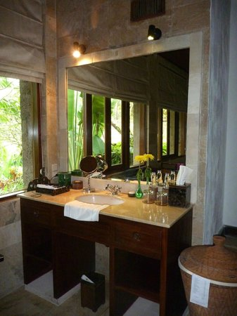 Warwick Ibah Luxury Villas & Spa: Bathroom vanity.