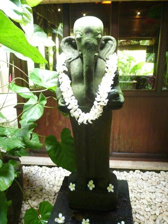 Warwick Ibah Luxury Villas & Spa: Lobby statues.