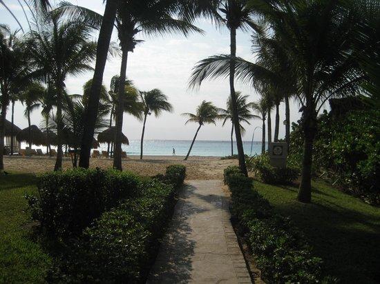 Iberostar Quetzal Playacar:                   llegando a la playa!