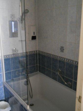 โรงแรมมงต์ปองซิเย่:                   Shower in quad room