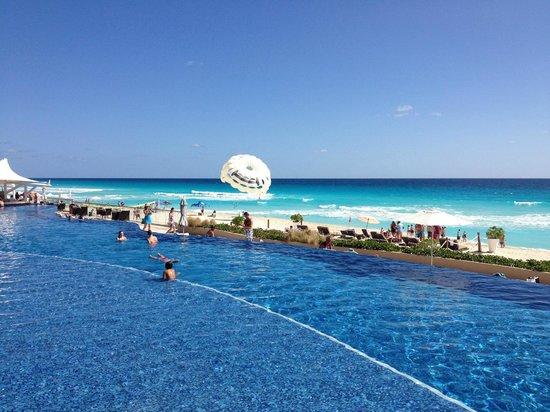 Hard Rock Hotel Cancun: Beach area