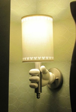 Disneyland Hotel: light in bathroom