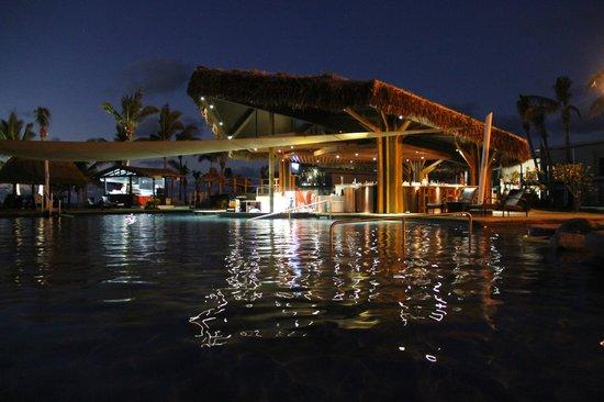 Wyndham Resort Denarau Island:                                     Swim Up bar at night