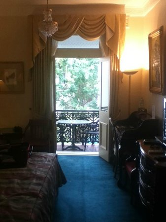 Manor House Boutique Hotel Sydney: King Room looking out to balcony, private and relaxed