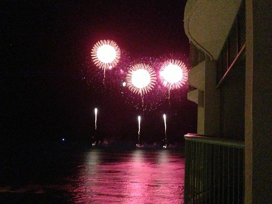 Sheraton Princess Kaiulani: Fireworks over Waikiki from our balcony
