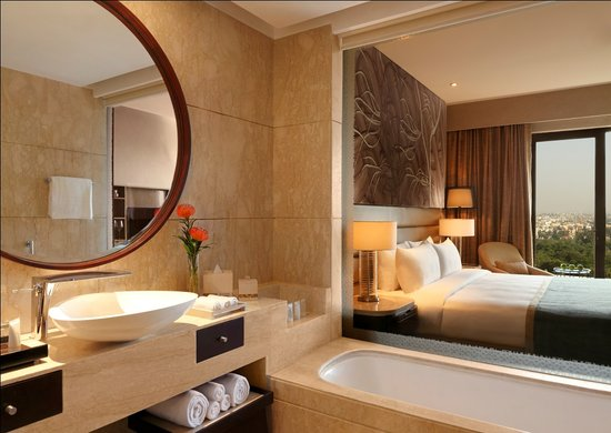 The Leela Ambience Convention Hotel, Delhi: Guest Bathroom