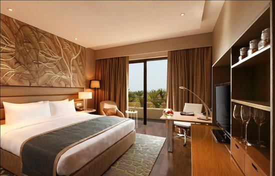 The Leela Ambience Convention Hotel, Delhi: Guestroom
