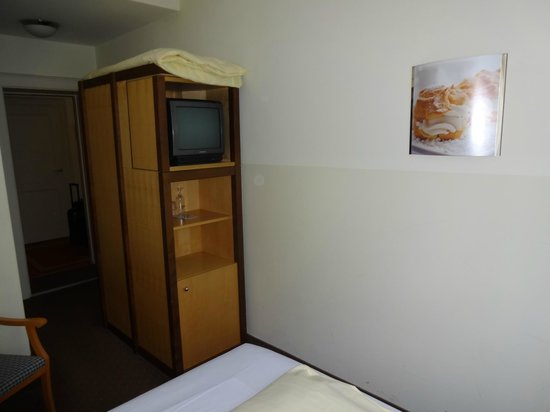 Hotelisssimo Haberstock:                   The cubby with the TV rotated and the mini-bar/fridge is on the bottom.