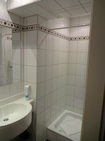 Hotelisssimo Haberstock:                   It was important to pull the shower curtain INTO the shower to keep the floor