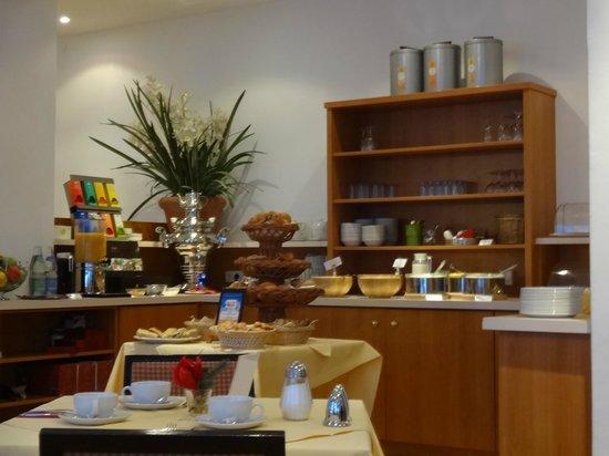 Hotelisssimo Haberstock:                   Hotel breakfast area