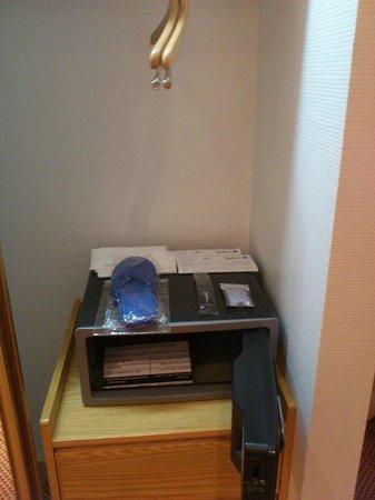 Radisson Blu Hotel, Doha: safe box in room