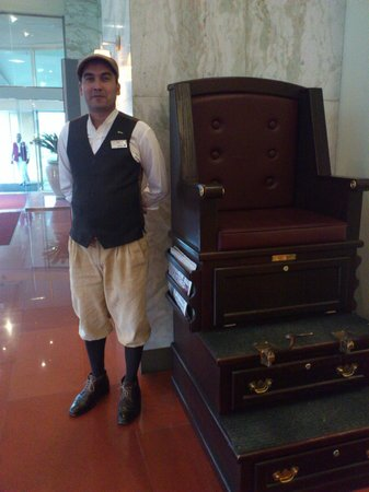 Radisson Blu Hotel, Doha: Lobby - Shoe shine at lobby