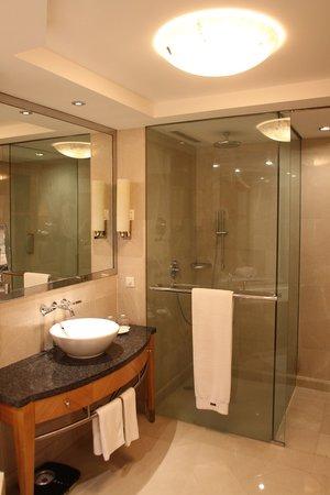 The Westin Dhaka: Bathroom is quite big