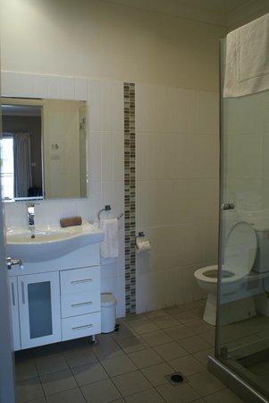 Centrepoint Apartments Griffith:                                     Spotless modern bathroom