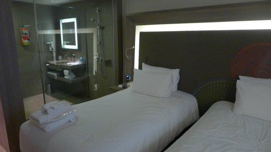 Novotel Bangkok Platinum Pratunam:                   see through bathroom