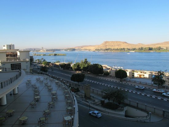 Helnan Aswan Hotel :                   A view upriver overlooking the restaurant patio