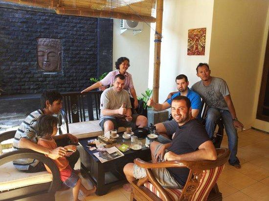 Pesona Artha Hostel:                   teras tempat tamu ngobrol- ngobrol