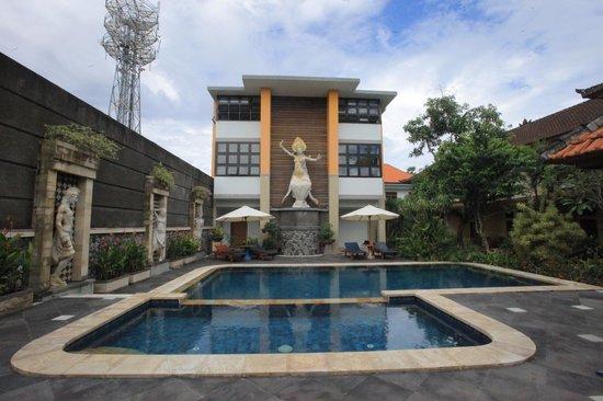 Sandat Hotel Legian:                                                       Pool Area's and Deluxe Room Building