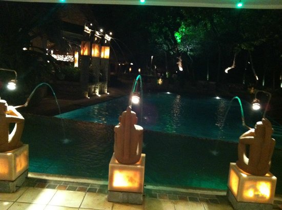 Hotel Tamarindo Diria:                   Night view of pool fountains on beach side