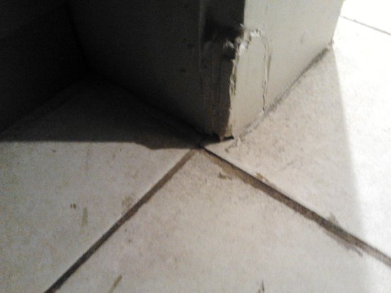 Novotel Nadi:                   dirty tiles in room