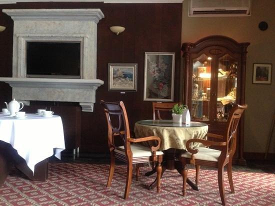 Hotel Ukraina : Небольшое кафе возле рецепте