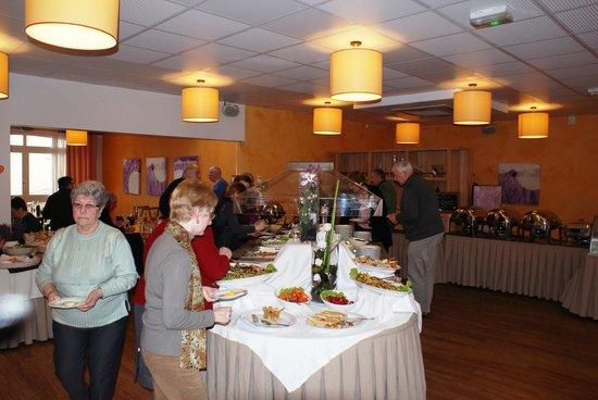 Hôtel Club Vacanciel Roquebrune-sur-Argens :                                     Vue sur une partie des buffets