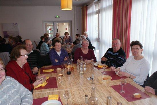 Hôtel Club Vacanciel Roquebrune-sur-Argens :                                     Salle a manger qui est immense ( ceci n'est que deux tables)