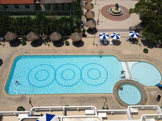 Andaman Beach Suites Hotel: piscine de l'immeuble vue du 11éme étages