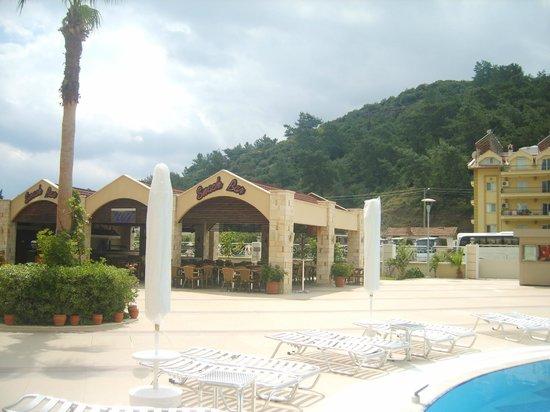 Grand Paşa Hotel:                                     pool snack bar area