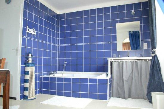 la salle de bain et douche de la chambre marine picture of l 39 araucaria ploerdut tripadvisor. Black Bedroom Furniture Sets. Home Design Ideas