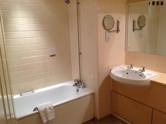 Red Lion Hotel :                   bathroom 43