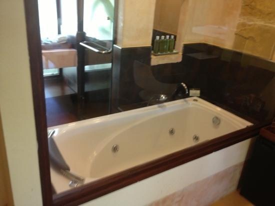 Samui Jasmine Resort :                   jacuzzi bath