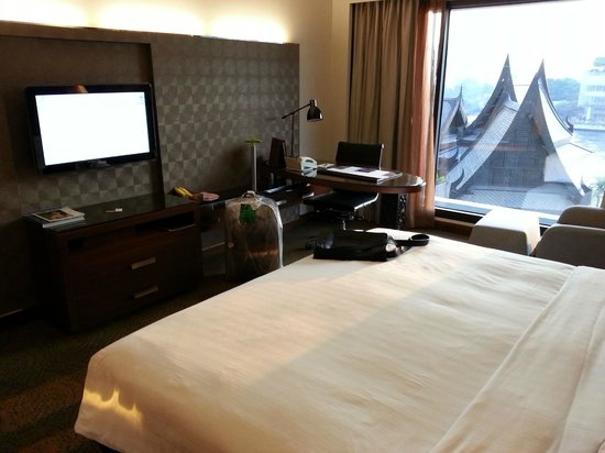 Royal Orchid Sheraton Hotel & Towers:                   Desk with lamp and ethernet access