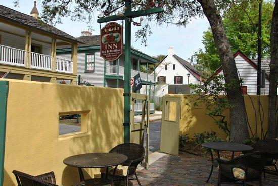 Agustin Inn:                   Blick von der Veranda