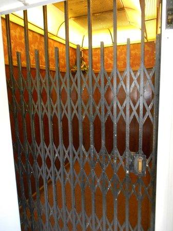 Agustin Inn:                   Schöner altmodischer Elevator
