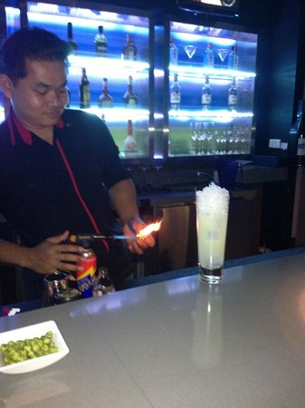 Aloft Bangkok - Sukhumvit 11:                   WXY Bar - The smoke technique!