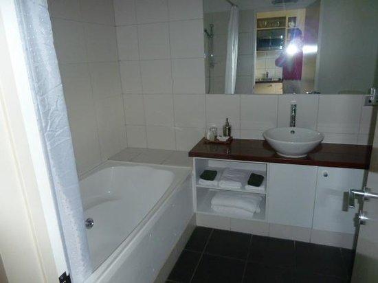 Punga Grove Motel & Suites:                                     bathroom,