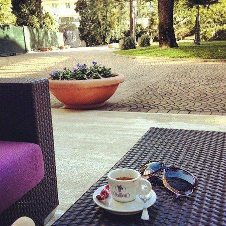 Hotel Mioni Pezzato: столики во дворе отеля