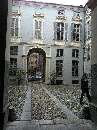 Terres d'Aventure Suites :                   View of open courtyard