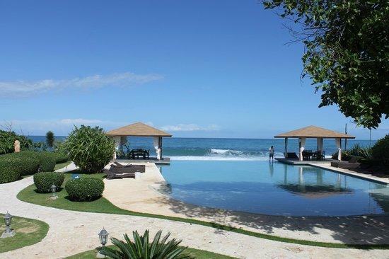 Sosua Ocean Village: Инфинити-бассейн у ресторана