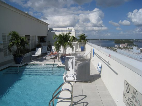 Hotel Indigo Fort Myers River District :                   roof top pool