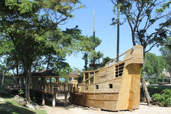 Sosua Ocean Village: Бар-лодка рядом с рестораном