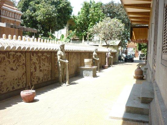 Wat Ounalom:                   More statues