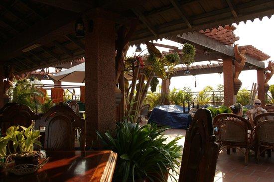 Okay 1 Villa: справа баи и бассейн.