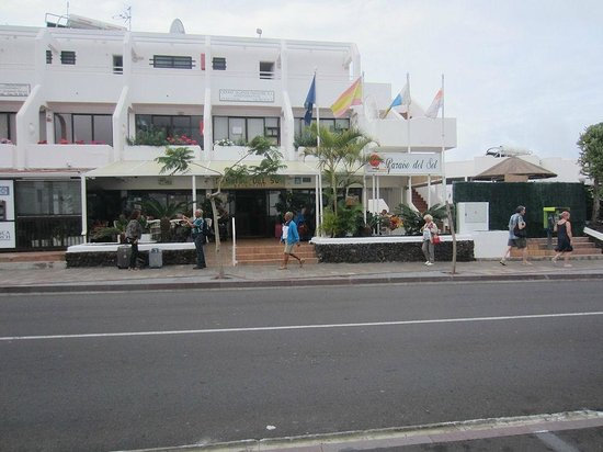 Paraiso del Sol Apartments: Voorkant aan de straat