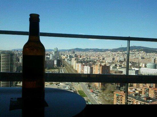 Barcelona Princess: Arrivée à l'hôtel on peut profiter de la vue sur Barcelone avec une bière fraîche sortie du mini