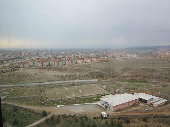 Rixos Konya:                   リクソス コンヤ・・・部屋からの眺め、下に見える建物が乗馬クラブ