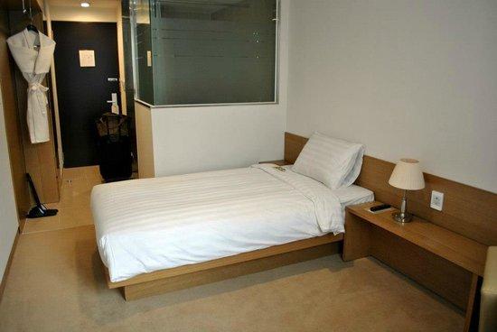 Aventree Hotel Jongno:                                     clean and surprisingly spacious room