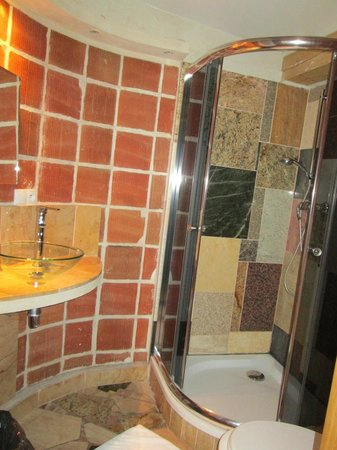 Aparthotel Stare Miasto:                   compact bathroom with great shower