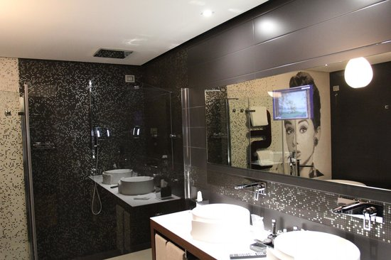 Berg Luxury Hotel: телек в зеркале